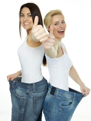 Zwei Frauen sind stolz auf erfolgreiches Abnehmen