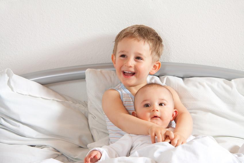 Zwei kleine Kinder wach im Bett