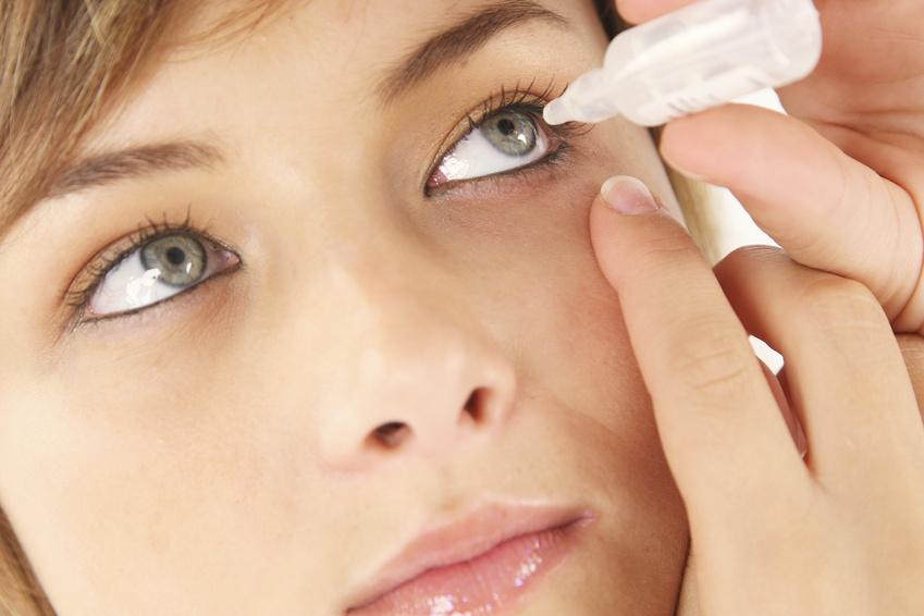 Frau appliziert Augentropfen