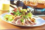 Ein festlicher Salat mit Geflügelscheiben