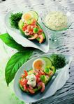 Halbierte Avocado gefüllt mit Ei und Paprika mit Dip