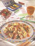 Ein Nudelsalat mit Gemüse und Fleisch