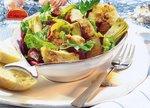 Salat mit Ingwer-Rotbarsch in einer Schale