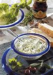 Tsatsiki mit Schafskäse und Oliven in einer Schale