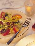 Wintersalat mit Haselnussäpfeln auf einem Teller.
