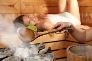 In der Sauna wird ein Aufguss gemacht