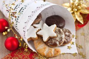 Spitztüte mit Weihnachtsgebäck