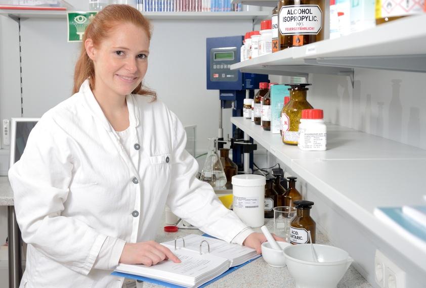 Junge Apothekerin im Labor