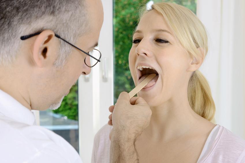 Frau beim Hals-Nasen-Ohrenarzt