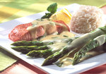Leicht zubereiteter Lachs an grünem Spargel