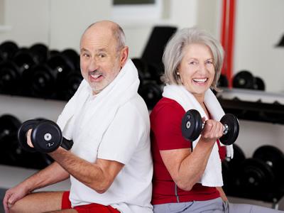 Ein Ehepaar macht Sport im Alter
