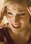 Frau hat ein schmerzverzerrtes Gesicht