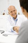Arzt begrüßt Patient