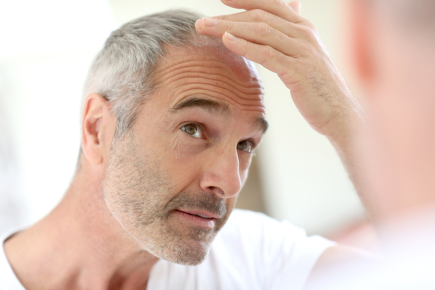 Grauhaariger Mann mit Haarausfall