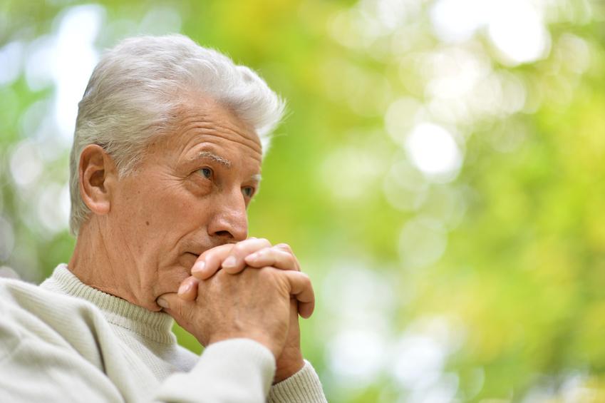 Älterer Mann denkt nach