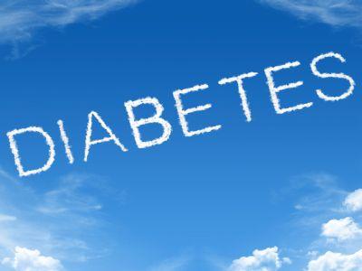 Schriftzug Diabetes vor blauem Himmel