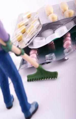 Spielfigur fegt Tablettenblister