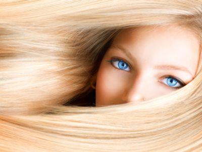 Blonde Frau mit blauen Augen
