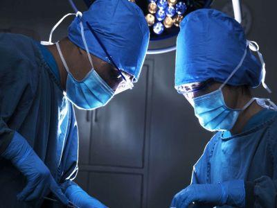 Zwei Chirurgen im OP