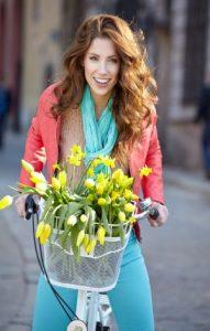 Fröhliche Frau auf Fahrrad