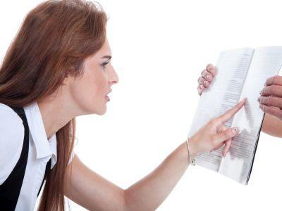 Frau sieht schlecht und kneift Augen beim Lesen zusammen