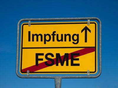Ein Wechselschild FSME durchgestrichen, Impfung in Fahrtrichtung