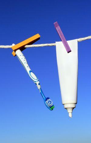 Zahnbürste und Zahncreme auf einer Wäscheleine
