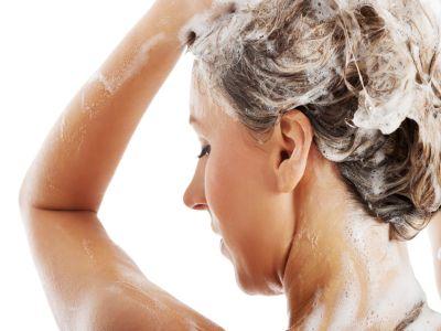 Eien Frau wäscht sich die Haare