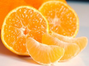 Zwei Hälften und drei Spalten Mandarinen