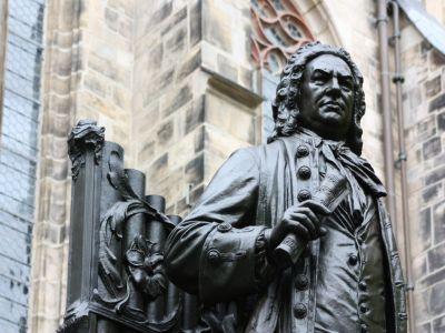 Statue von J. S. Bach vor einer Kirche