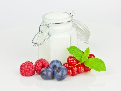 In einem Weckglas ist Joghurt, im Vordergrund frische Früchte