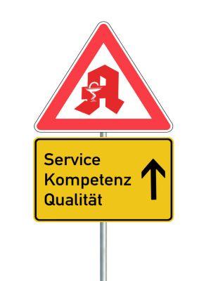 Vorfahrt-achten-Schild mit Apothekenzeichen, darunter Schild mit den Worten