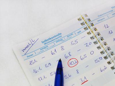 Ein Ringbuch mit Notizen zu Blutzuckerwerten.