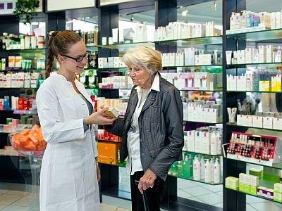 Eine Aptohekerin berät eine ältere Dame zu ihren Medikamenten.