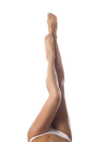 Eine Frau hält ihre schönen Beine in die Luft