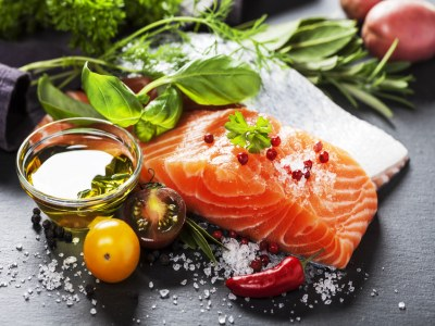 Frischer Lachs mit Kräutern, Tomaten und Gewürzen.