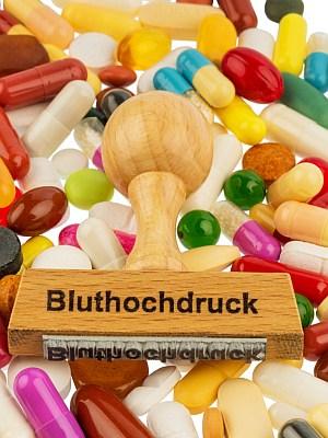 Bluthochdruckstempel auf bunten Tabletten.