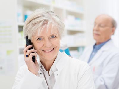 Eine Apothekerin gibt telefonische Auskunft