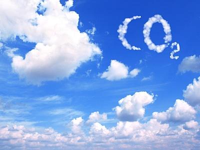 CO2 Symbol aus Wolken am Wolkenhimmel