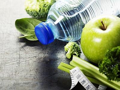 Frisches Obst und Gemüse auf einem Tisch mit einem Maßband.