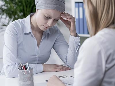 Eine Frau sitzt einer Ärztin gegeüber und versucht einen Gedanken zu fassen.