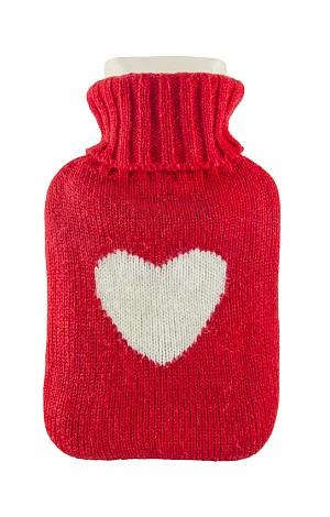 Rote Wärmflasche mit weißem Herz