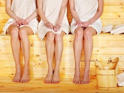 Drei Frauen in der Sauna.