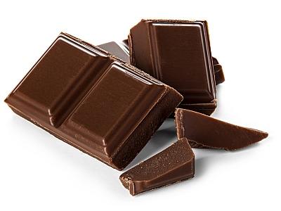 Schokoladenstücke auf weißem Grund