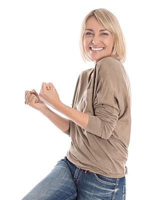 Eine Frau um die 40 fühlt sich gut und stark.