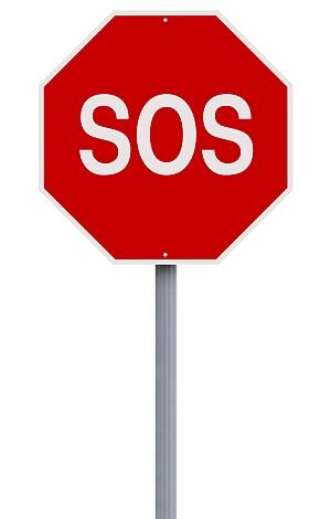Straßenstoppschild auf dem SOS steht.