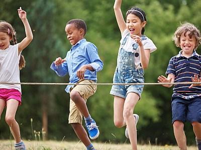 Kindergruppe rennt mit viel Spaß durch ein Ziel