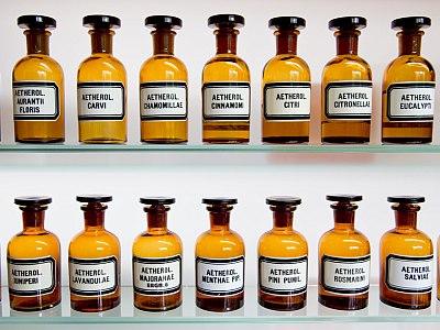 Apothekenfläschchen mit ätherischen Ölen.