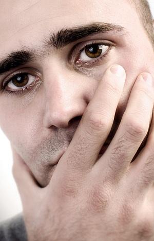 Ein junger Mann grüblet.