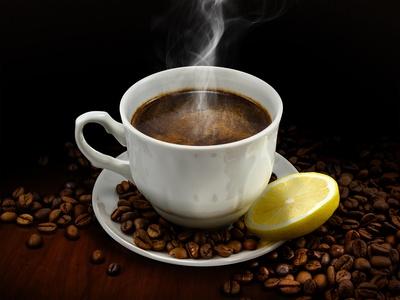Tasse Kaffee mit Zitrone auf dunklem Tisch.
